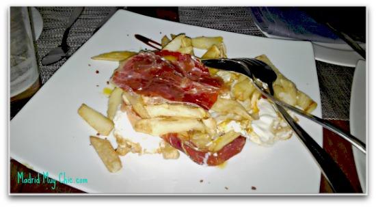 huevos rotos de corral con patatas fritas y jamon iberico editado