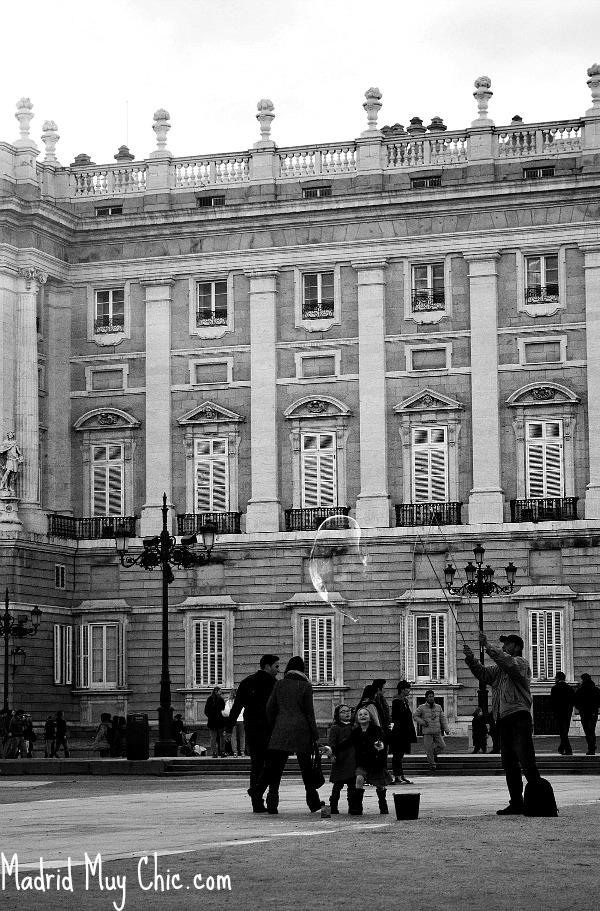 A nuestra fotógrafa, de un barrio más tranquilo, le sorprendió la vida del centro un domingo cualquiera. A mí ¡lo a gusto que se visita Madrid en febrero!