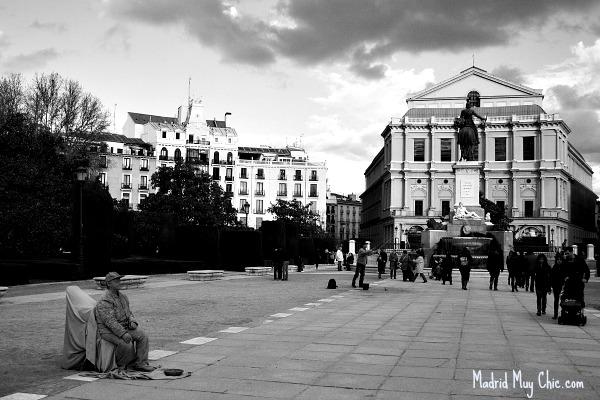Nuestra visita al Madrid de los Austrias empieza por la Plaza de Oriente, aquí vista desde el Palacio hacia la Opera