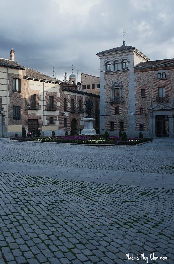 """La Plaza de la Villa se nombró así en honor al mérito recibido por Madrid de ser Villa, y contaba con alguno de los """"rascacielos"""" de Madrid"""