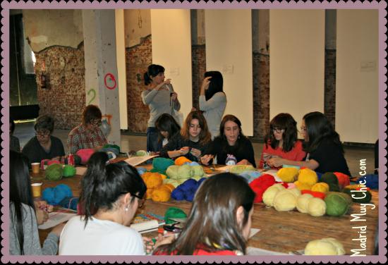 Nos dimos cita unas 40 personas de todas las edades para tejer en un ambiente festivo, con swing de fondo y ¡parejas bailando!