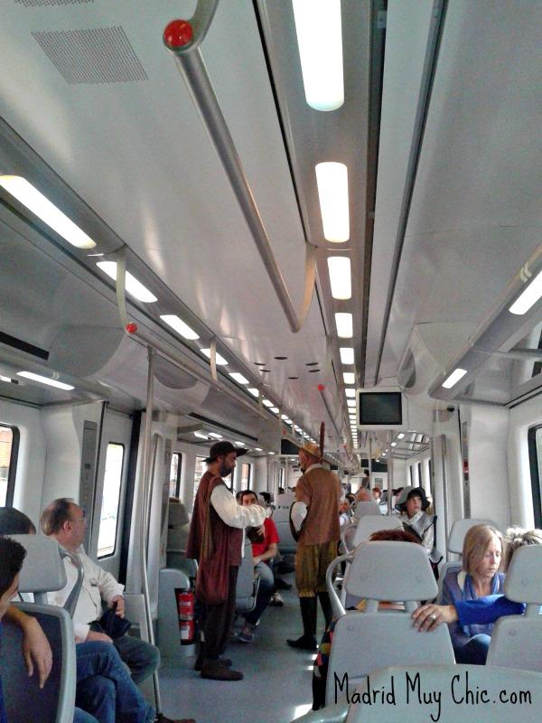 Miguel de Cervantes y sus personajes circulan por el tren haciendo pequeñas representacíones