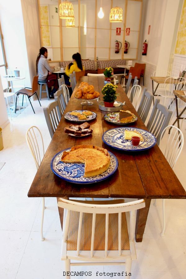 En su gran mesa corrida compartimos espacio con naturalidad