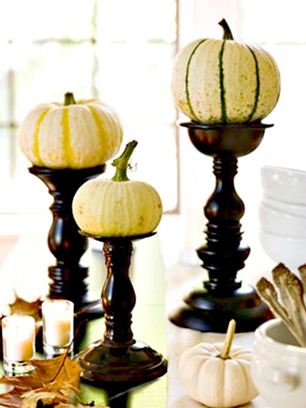Calabazas en su color natural ¡ no todas son naranjas! Pinta unos candelabros o compra unos que te gusten y voilá