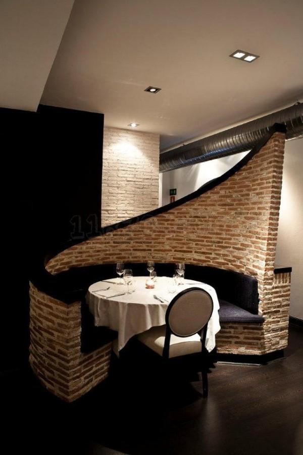 """Es un restaurante con cocina española pero con matices afrancesados que destaca, en primer lugar, por un impresionante local de diseño, que combina lo clásico con toques industriales, y que tiene diferentes rincones y ambientes. ¿Qué os parece este rinconcito para una """"date""""?"""