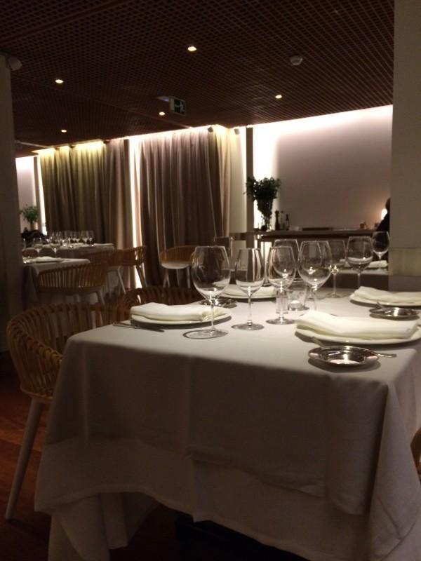 El local, elegante, moderno y fresco, es perfecto para una cita romática o para una comida de negocios