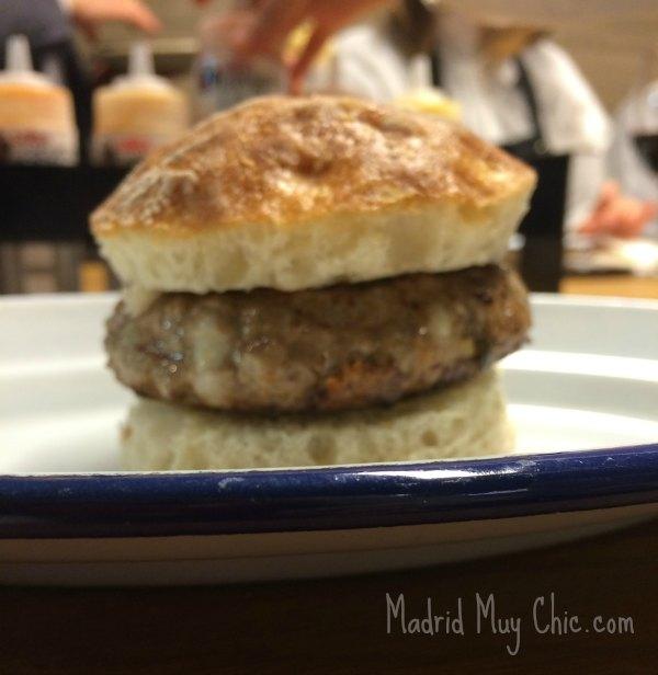 Las hamburguesas se hacen a mano una a una y sólo llevan piezas nobles, sin subproductos ni aditivos, resultando en un producto nutritivo y bajo en grasa.  Sólo 150 calorías por hamburguesa.