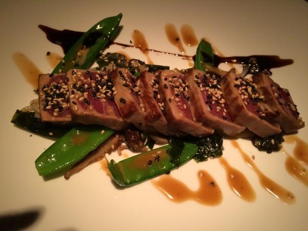 Maravilloso tataki de atún con brotes de soja, alga y shitake
