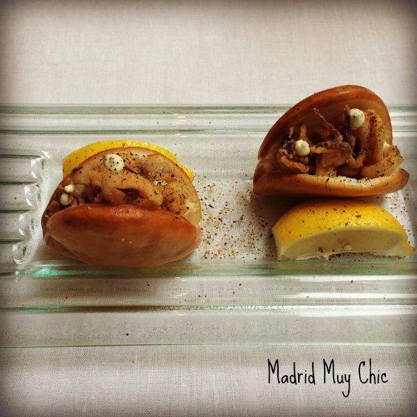 De su restaurante hablaremos otro día.  Pero mirad, mirad!  Bocata de calamares versión pan bao!  Merece un 10!