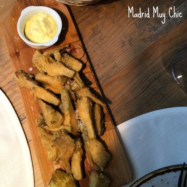 Las alcachofas fritas son un plato muy habitual en los restaurantes de moda. Lo cual celebro bastante en este caso!