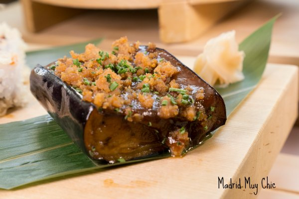 Berenjena Miso: berenjenaasada rellena, y con salsa de Miso… ¡sorprendente!