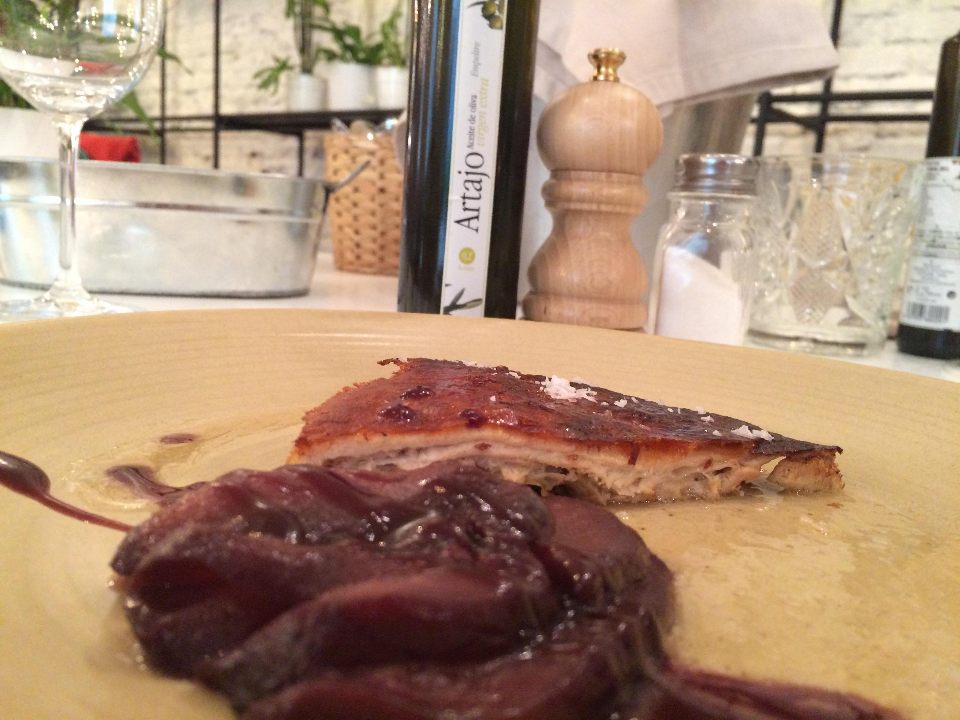 Cochinillo asado muy bien preparado y puesto con una guarnición ligera y original de peras al vino