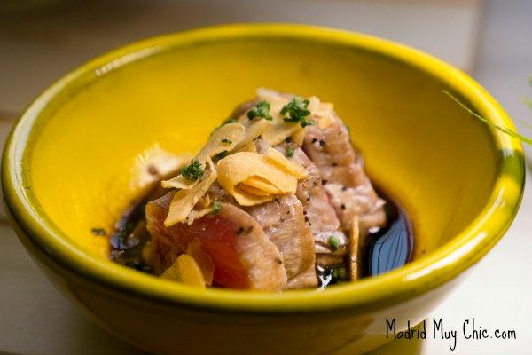 """Tataki de Toro: una de las materias primas fetiches de todo japonés que se precie es el """"toro de atún"""". Aquí nos explican que unade las especialidades de la casa es el corte del pescado, en especial del Atún."""