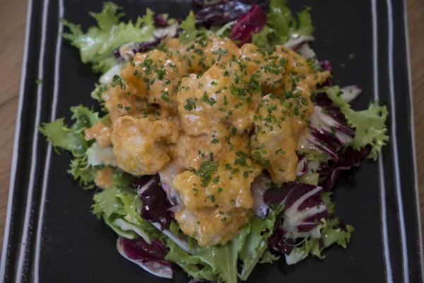 La ensalada Taro de Langostinos, hecha conlechugas con Vinagreta de Miso y langostinos, delicada, fresca y con un punto picante que la hace adictiva.