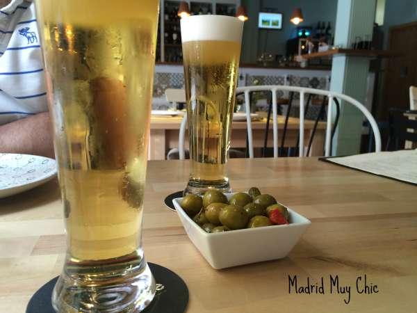 Nada mejor para ir abriendo boca que una buena cerveza Bravante con unas aceitunitas.  ¡Que viva el Ponzaning way of life!