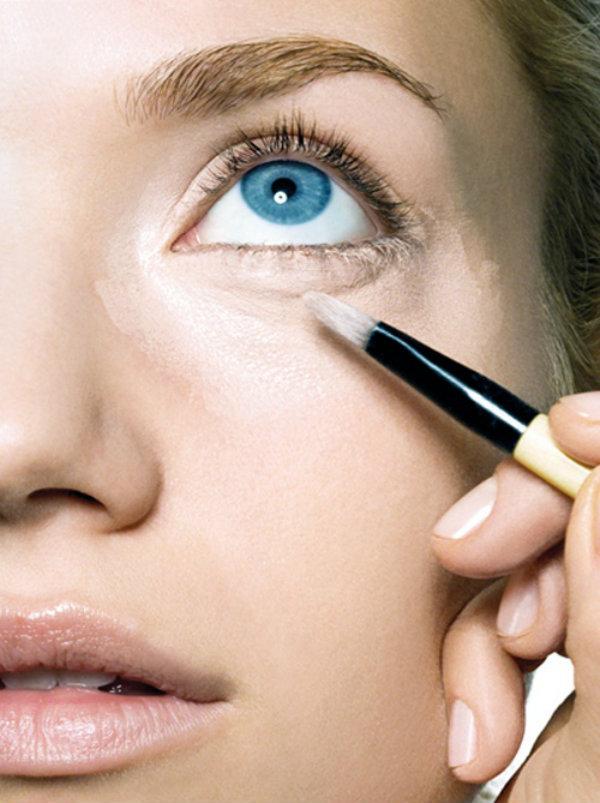Bajo el maquillaje también puedes aplicar un corrector