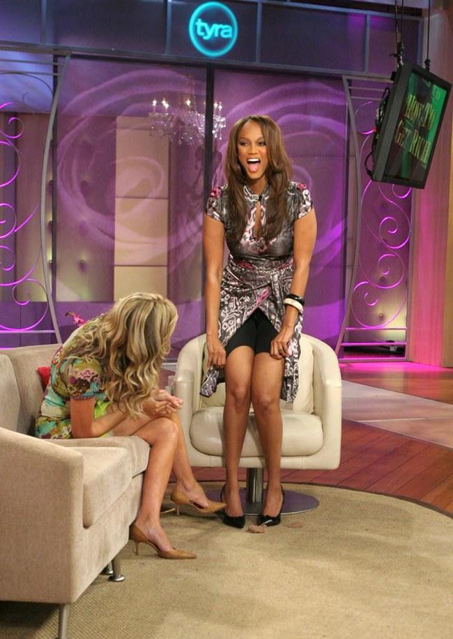 Tyra Banks, una modelo con un cuerpazo enseñando su faja en TV sin pudor. ¡Bravo por ella!