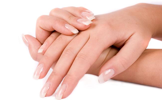 Produce elasticidad y firmeza en la piel, por eso se emplea en otras zonas del cuerpo como las manos