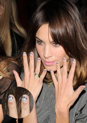 Las celebrities se apuntan a las manicuras divertidas. ¿Qué opináis de la de Alexa Chung?