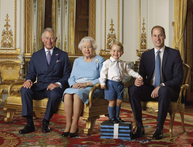 Isabel II posa con su familia en un retrato de cuatro generaciones