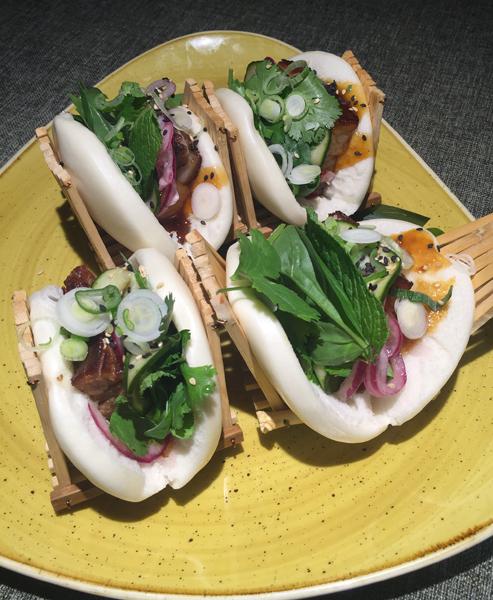 En El Flaco le dan un punto oriental: Bao de rabo de toro, shiitake, mayonesa de albahaca, salsa sriracha casera