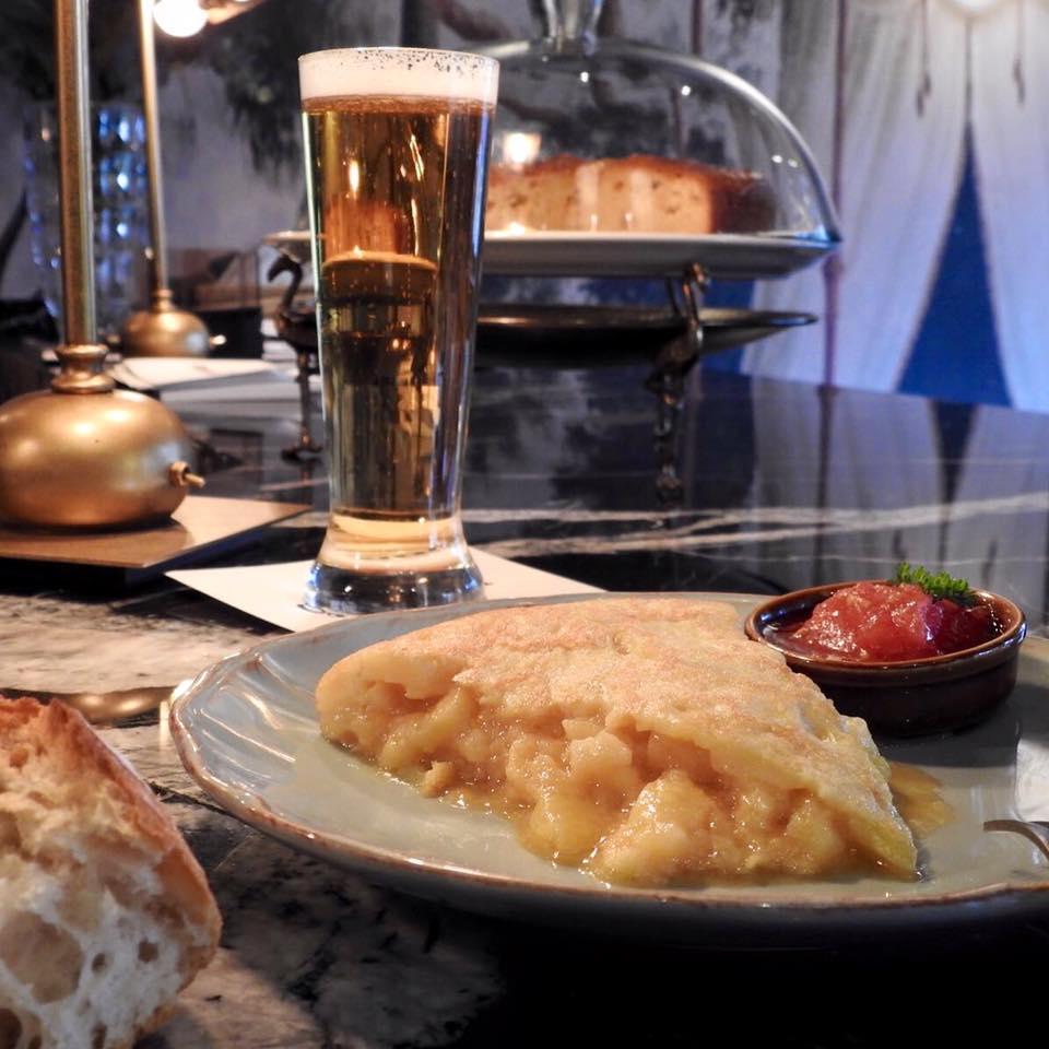 Por más que digan ellos, esto no es un bar cualquiera... Mirad este pincho de tortilla con una cervecita... ¿Quién se resiste?
