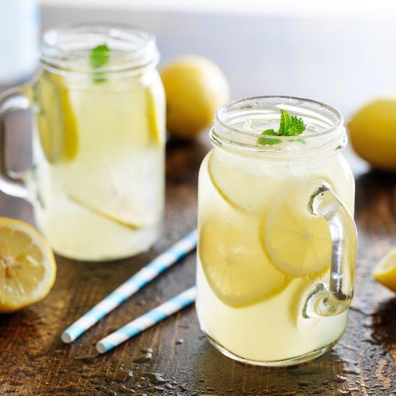 Elige bebidas sin azúcar y recuerda que el alcohol, con mucha moderación.