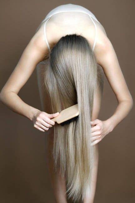 Los expertos aconsejan masajear, peinar y mimar el cabello