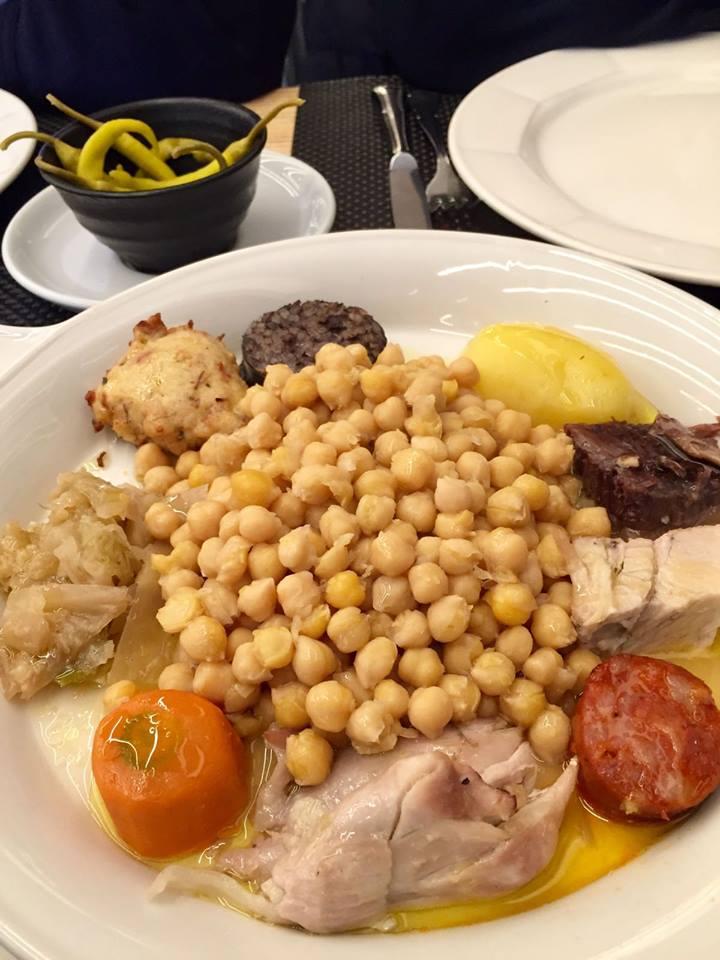 Al rico cocido en J5, un sitio moderno y muy bueno para cenas y comidas de grupo